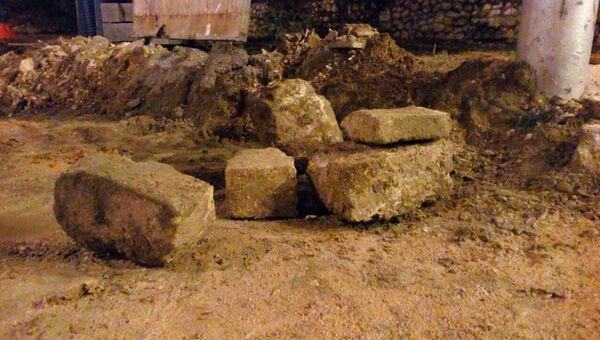 Севастопольские общественники вывозят уникальные блоки крымбальского камня с места реконструкции улицы Большая Морская