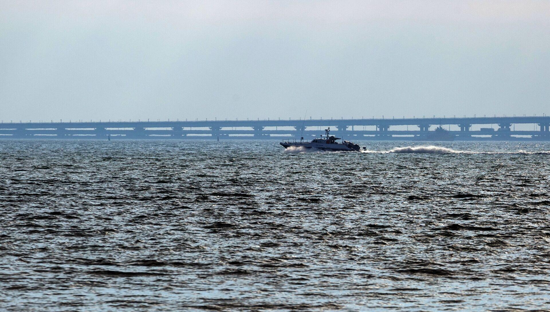 Патрульный катер проплывает мимо Крымского моста - РИА Новости, 1920, 17.02.2020