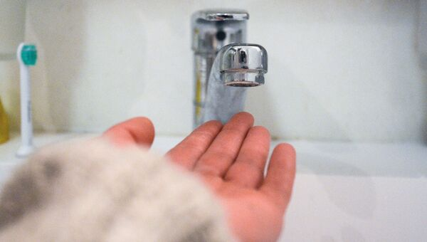 Кран в ванной комнате во время сезонного отключения горячей воды