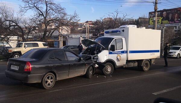 Легковой автомобиль и автозак столкнулись в  Севастополе