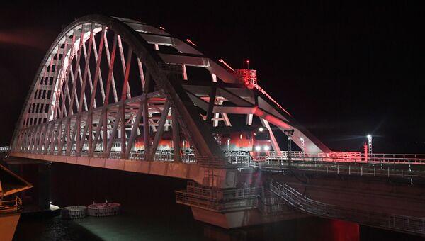 Первый пассажирский поезд пересекает Крымский мост, 25 декабря 2019 года