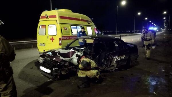 На трассе в Крыму водитель ВАЗа врезался в столб