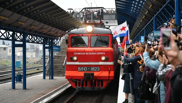 Прибытие пассажирского поезда  Таврия в Крым
