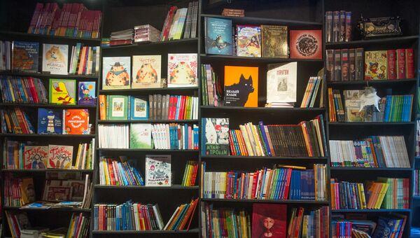 Книжные полки в магазине