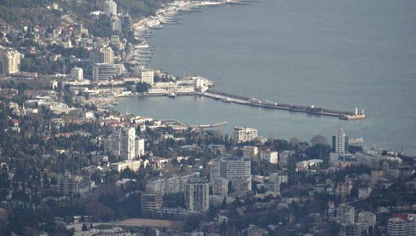 С Ай-Петри хорошо видно Ялту, в бинокль можно рассмотреть порт, набережную, улицы