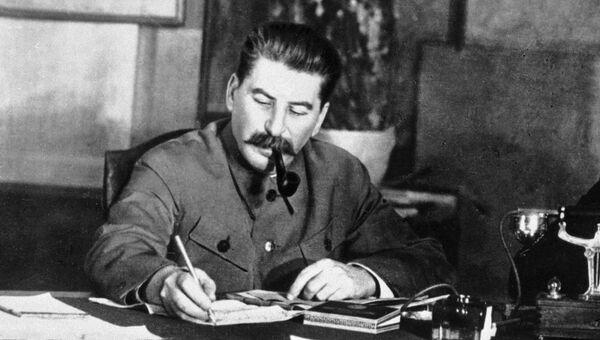 Иосиф  Сталин в рабочем кабинете.