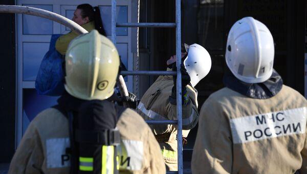 Пожарные ликвидируют возгорание. Архивное фото