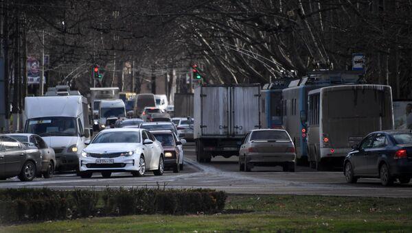 Движение транспорта в районе транспортного кольца на площади Куйбышева в Симферополе