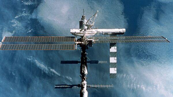 Международная космическая станция (МКС) в полете