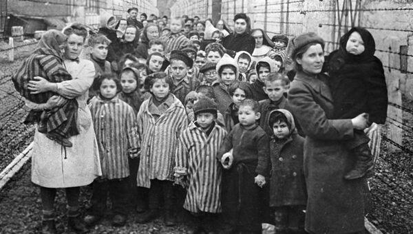 Советские врачи и представители Красного креста среди узников Освенцима в первые часы после освобождения лагеря