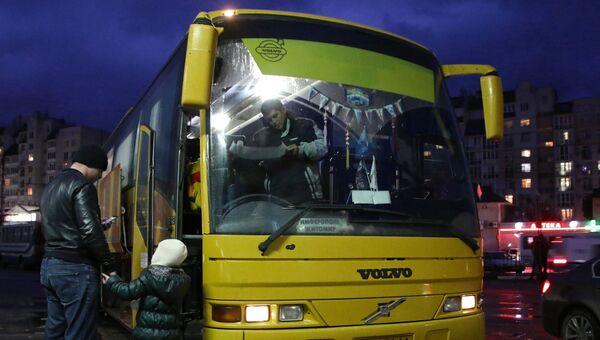 Пассажиры у автобуса на центральном автовокзале в Симферополе