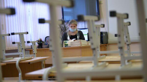 Учитель в маске. Архивное фото