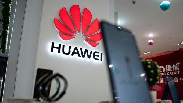 Логотип Huawei в одном из магазинов в Пекине