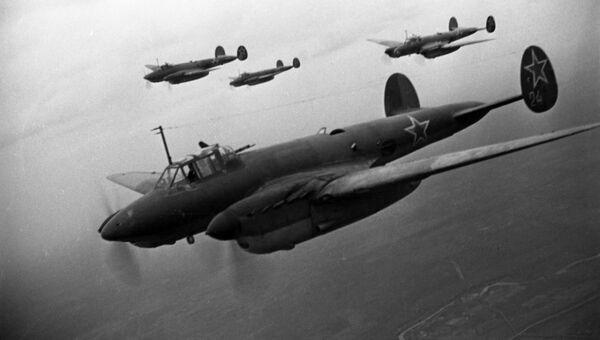 Советские бомбардировщики Пе-2 атакуют немецкие позиции