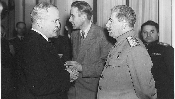 Иосиф Сталин, Вячеслав Молотов и посол США в СССР Уильям Гарриман в кулуарах Крымской конференции.  Ялта, февраль 1944 год