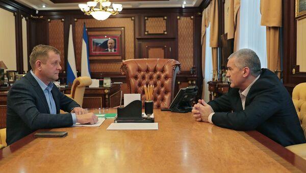 Глава Республики Крым Сергей Аксенов и владелец парка львов Тайган Олег Зубков