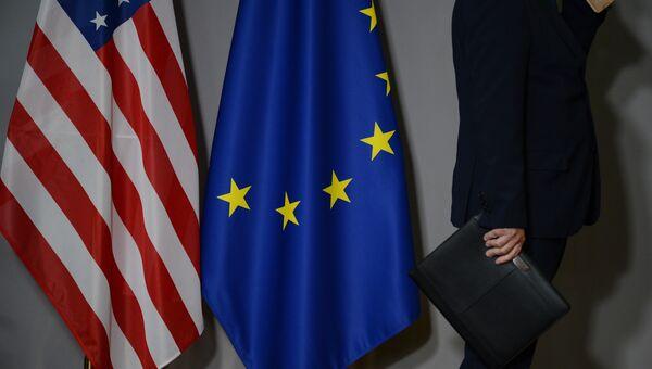 Флаги США и Европейского совета в Брюсселе.
