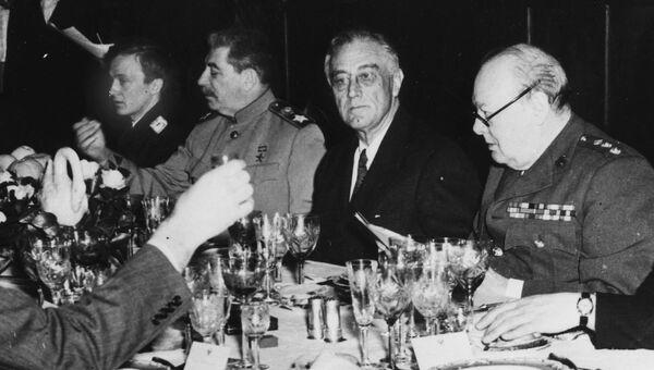 Иосиф Сталин, Франклин Д. Рузвельт и Уинстон Черчилль (слева направо, в центре стола). Ялта, февраль 1945 г.
