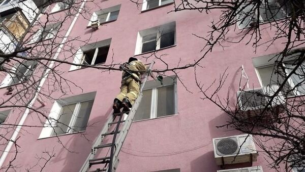 В Феодосии из-за пожара в многоквартирном доме эвакуировали людей