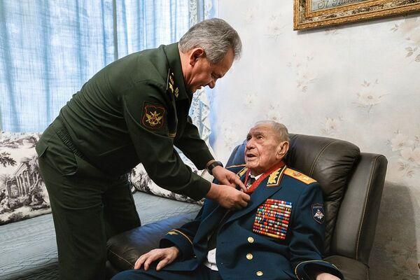 Министр обороны РФ Сергей Шойгу вручает награду маршалу Советского Союза Дмитрию Язову
