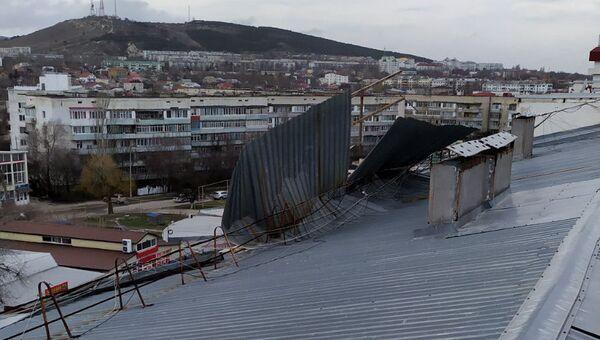 В Феодосии из-за штормового ветра сорвало крышу многоквартирного дома