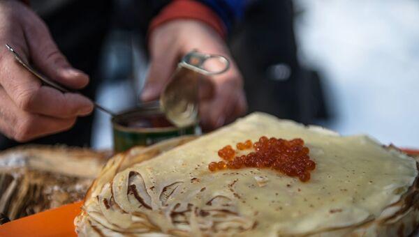 Приготовление блинов на Бакшевской масленице в Истринском районе Московской области