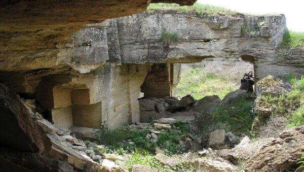 Один из входов в Ак-Монайские каменоломни