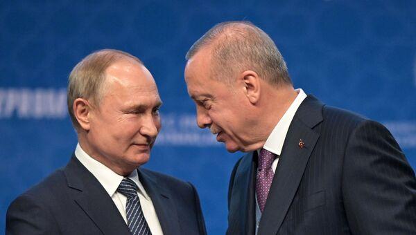 8 января 2020. Президент РФ Владимир Путин и президент Турции Реджеп Тайип Эрдоган (справа) на церемонии официального открытия газопровода Турецкий поток в Стамбуле