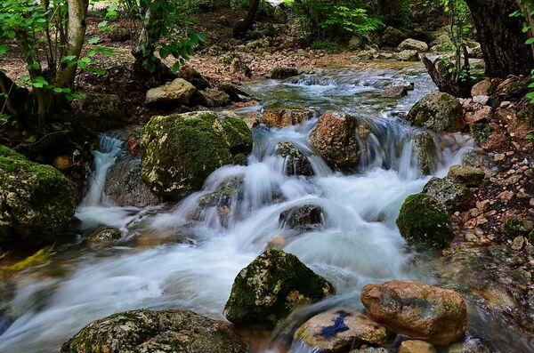 Крым. Источник в горах у пещеры Ени-Сала
