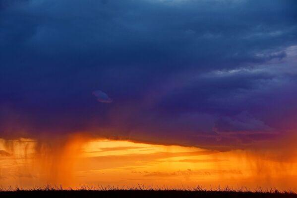 Июньская гроза в крымской степи на закате