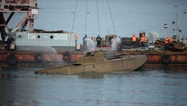 Плавучий кран поднимает катер