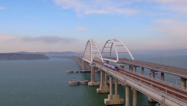 Рельсовый автобус проехал по Крымскому мосту – видео