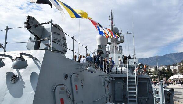 Малый ракетный корабль ЧФ Вышний Волочек на набережной Ялты 8 марта 2020