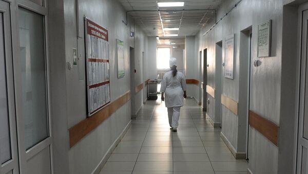 Медицинская сестра идет по коридору больницы