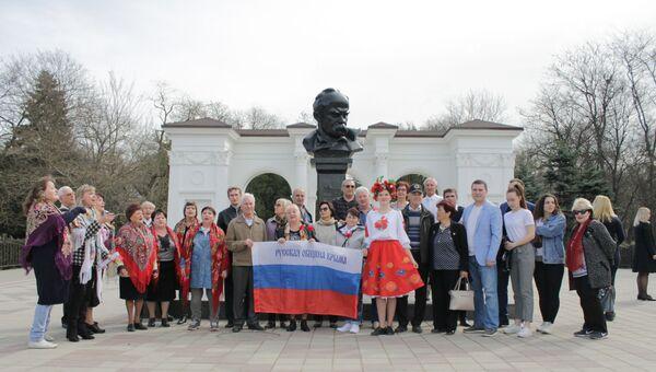 Возложение цветов к памятнику Шевченко в Симферополе