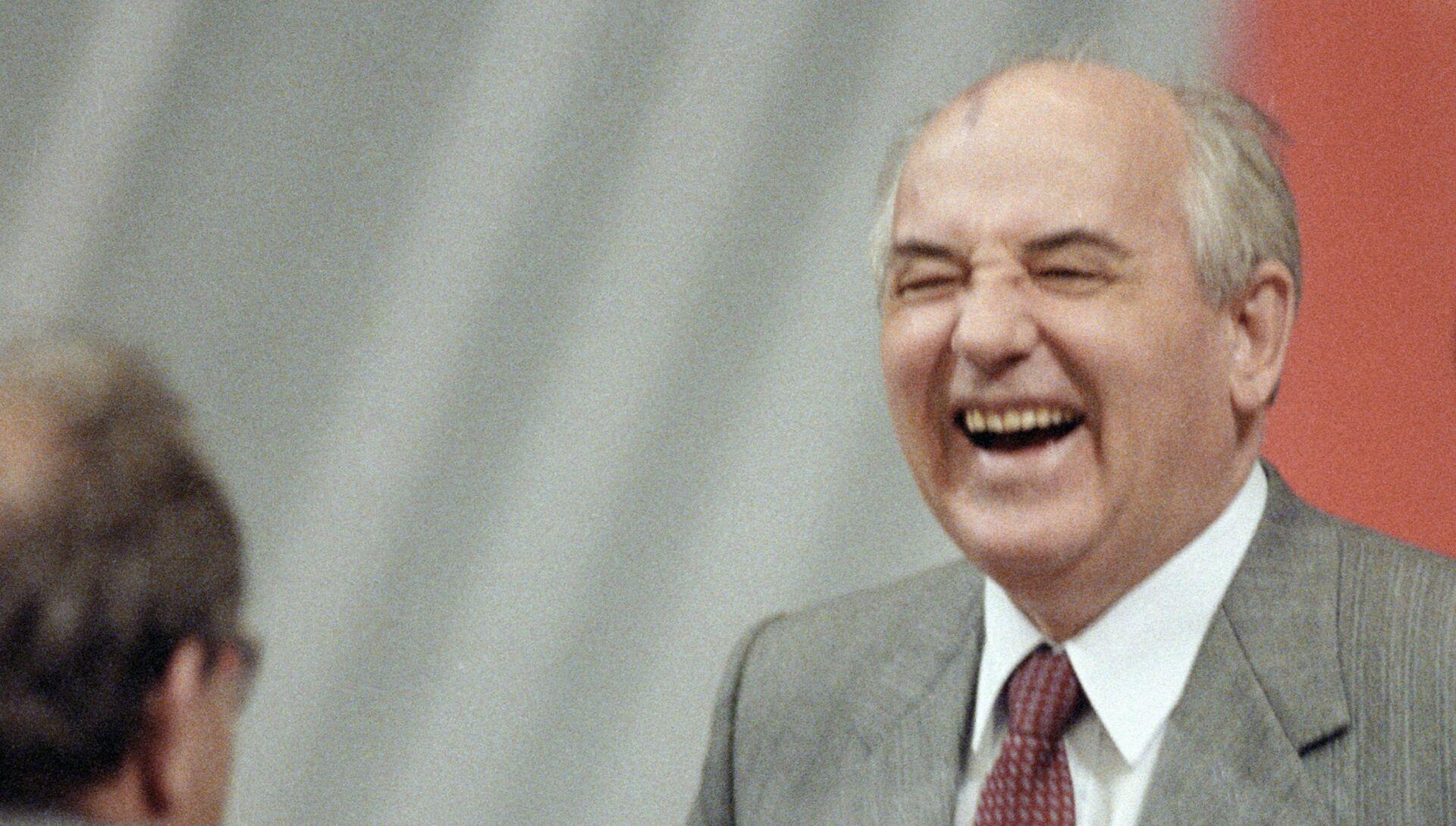 Генеральный секретарь ЦК КПСС, Президент СССР М.С.Горбачев в перерыве между заседаниями. - РИА Новости, 1920, 04.03.2021