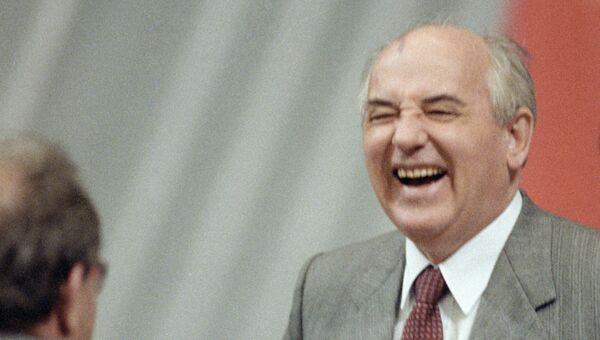 Генеральный секретарь ЦК КПСС, Президент СССР М.С.Горбачев в перерыве между заседаниями.