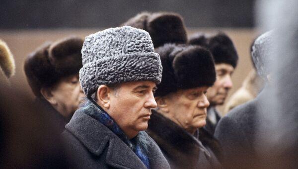 Генеральный секретарь ЦК КПСС Михаил Горбачев на траурной церемонии похорон председателя президиума Верховного Совета СССР Константина Черненко.