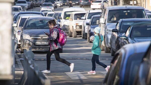 Дети с мобильным телефоном перебегают дорогу, Пешеходный переход