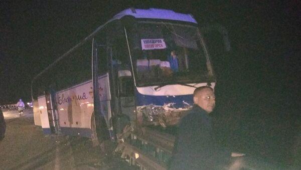 Автобус врезался в ограждение трассы Таврида