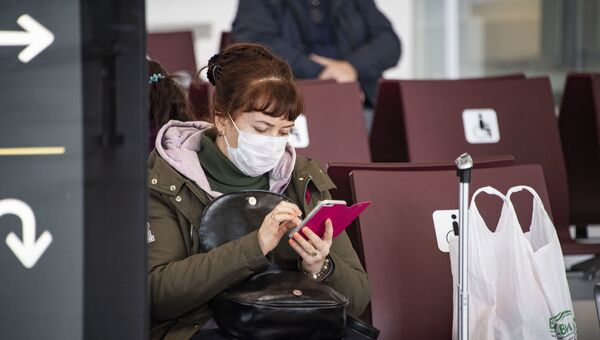 Симферопольский аэропорт, пассажир в медицинской маске