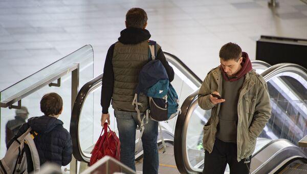 Симферопольский аэропорт, пассажир с мобильником