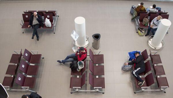 Симферопольский аэропорт, зал ожидания, пассажир спит