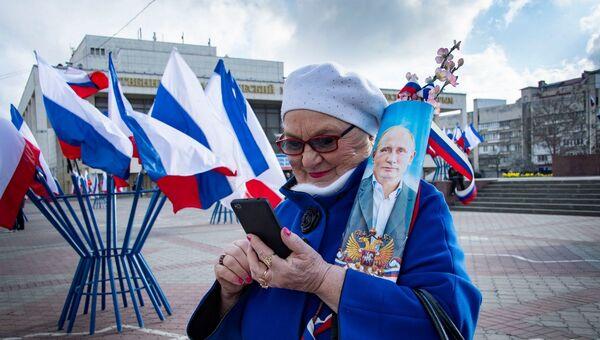 Несмотря на отмену массовых мероприятий из-за коронавируса горожанка с портретом Путина пришла на праздник