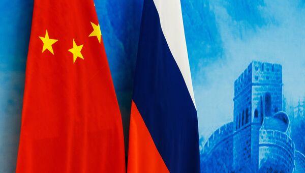Флаги России и КНР. Архивное фото