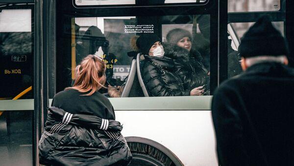 Пассажиры автобуса в медицинских масках