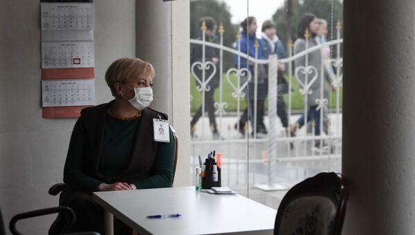 Сотрудник Ливадийского дворца - музея в Крыму с защитной маской.
