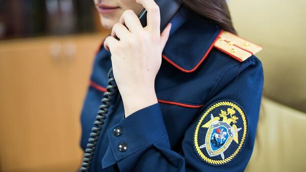 Сотрудница СКР с телефоном