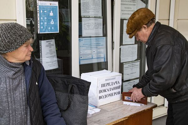 Вода Крыма закрыла свои платежные офисы и рекомендует переходить на оплату онлайн. Показатели счетчиков, между тем, можно опустить в самодельную урну около входа.