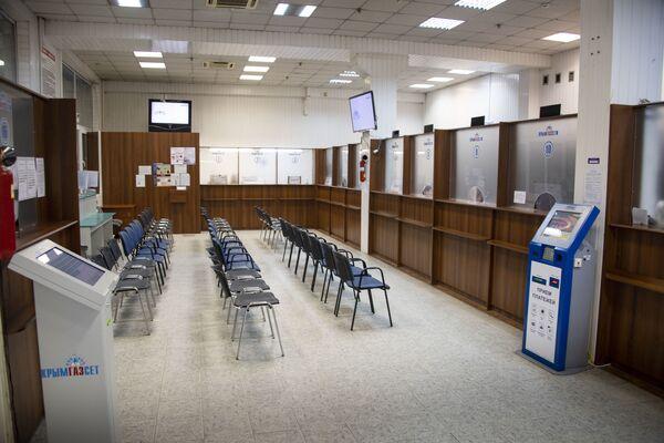 Операционный зал предприятия Крымгаз, в котором всегда было много людей, тоже закрыт.